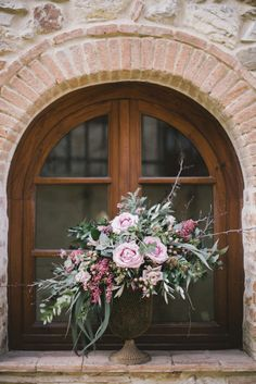 Creamy flowers: http://www.stylemepretty.com/destination-weddings/2015/03/26/spring-tuscan-wedding-inspiration/ | Photography: DY - http://www.dy-photography.com/