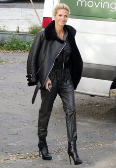 Fashion-Looks: Von Kopf bis Fuß im Leder-Look: Heidi Klum dreht in Berlin gerade die neue GNTM-Staffel und macht im schwarzen Jumpsuit, ultrahohen Stiletto-Boots und der Biker-Jacke von Acne Studio mächtig Eindruck.