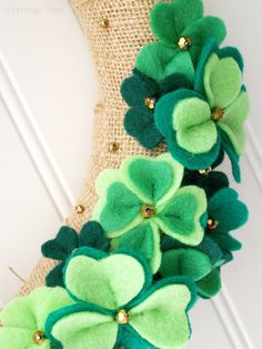 Wreath of lucky clovers Saint Patrick & wreath St Patrick's Day Decorations, Valentines Day Decorations, Felt Wreath, Diy Wreath, Door Wreaths, Felt Diy, Felt Crafts, Fete Saint Patrick, St. Patricks Day
