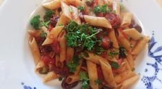 Recept slettenpenne: vegan pasta alla puttanesca met een twist #groen #geluk #eigenwijs #blij Penne, Pasta, Geluk, Nigella Lawson, Spaghetti, Ethnic Recipes, Food, Essen, Noodles