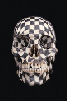 Black Kites, 1997, mine de plomb sur crâne humain, 21,6x12,7x15,9 cm, Philadelphia Museum of Art. Le crâne humain est recouvert d'une grille en damier qui s'adapte à la forme mais en transforme également la vision grâce des déformations graphiques.