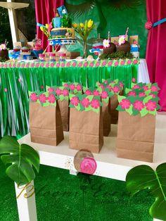 Valmaly A's Birthday / Moana - Photo Gallery at Catch My Party Hawaiian Birthday, Luau Birthday, 4th Birthday Parties, Moana Birthday Party Theme, Moana Themed Party, Festa Moana Baby, Luau Party Decorations, Flamingo Party, Tropical Party