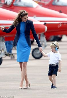 Royal International Air Tattoo: Gorgeous Prince George melts hearts at show July 08, 2016 Prince George walked around the air show with his mother