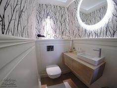 drewniane panelowanie naścienne, wisząca dębowa szafka pod umywalkę, powder room, interior design, furniture design, white wall panels