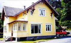 Østfasade 1994 Villa, Cabin, Mansions, House Styles, Home Decor, Mansion Houses, Room Decor, Cabins, Villas
