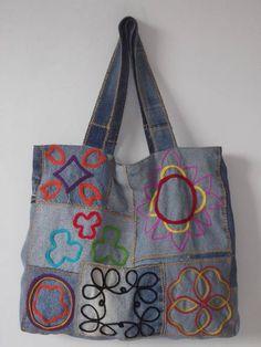 Bolsa feita com jeans reutilizado e bordada com fios de lã. Fecho de imã e bolso interno com dois botões de pressão um em cada lado para ter a opção de diminuir a bolsa. Mais informações pelo email. Recomendações:Como é uma peça artesanal, sugiro não lavar em máquinas. R$ 78,00 Old Jeans Recycle, Denim Purse, Tote Bags Handmade, Art Bag, Boho Bags, Recycled Denim, Cloth Bags, Beautiful Bags, Purses And Bags