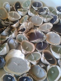 Shell wreaths for shells and wicks are available from Cheap Flower Arrangemen .Shell wreaths for shells and wicks can be obtained from Cheap Flower Arrangements - Arrangements from Cheap Dochte Make table decorations yourself: Crafts To Sell, Fun Crafts, Diy And Crafts, Arts And Crafts, Homemade Candles, Diy Candles, Seashell Crafts, Beach Crafts, Cheap Flower Arrangements