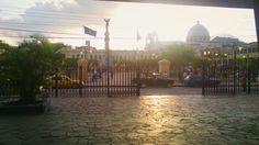 Centro Histórico de San Salvador, El Salvador...al fondo, El parque Libertad y Catedral