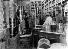 Tienda de ultramarinos de Aurora Old Pictures, Old Photos, Vintage Photos, Best Hotels In Madrid, Madrid Travel, Foto Madrid, Old Photography, Best Memories, Historical Photos