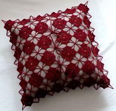 Manufaktura Rękodzieła -poszewka bordowa na poduszkę, wykonana na szydełku