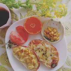ayakopansypansy娘の朝ごはん。 もう食べ終わり片付け終わりましたが.... 今朝はカンパーニュでピザパンとコーンマヨパン。 「あっ!トマトがハートになってるよ!ありがとう♪」 気付いてくれてありがとう♪  #朝ごはん#朝ごパン#おうちごはん#ピザパン#コーンマヨパン#カンパーニュ#ハートのトマト#菜の花#花のある暮らし#生活#暮らし#kaumo #朝時間