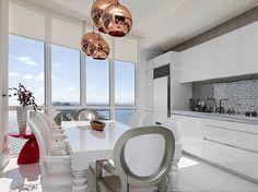 Saiba como não errar na hora de ter uma cozinha branca com dicas de arquitetas, além de se inspirar em uma seleção de 70 ambientes incríveis.