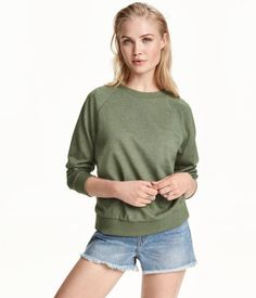 Khaki green. Long-sleeved sweatshirt with ribbed cuffs and hem.