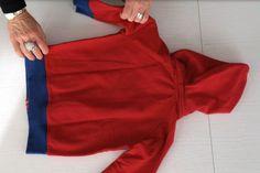Piegare gli indumenti provvisti di cappuccio è sempre un problema, perchè allora non servirsi del cappuccio stesso per raccogliere e contenere il capo ripiegato? Sono spesso articoli sportivi e que…