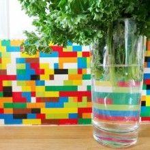 Inspi {DIY}des LEGO® dans la déco !! On à tous unevieille caisse de LEGO® bien rangéeau grenier et les grands enfants que nous sommes vont se réjouir de les ressortir pour les recycler en créant des petits objets déco ludiques et originaux !! Optez pour la «brick'attitude«, jouez aux designers et assemblez de la brique …