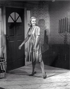 Elizabeth Montgomery Candid shot on the set of Bewitched Agnes Moorehead, Beautiful Witch, Beautiful Girl Image, Beautiful Women, Great Tv Shows, Old Tv Shows, Hollywood Stars, Classic Hollywood, Bewitched Tv Show