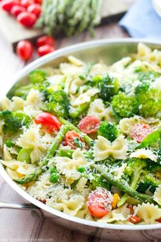 Loaded with a rainbow of springtime vegetables and lots of Parmesan, this garden-fresh pasta primavera is a delicious and healthy spring side dish! Sub GF pasta Pasta Recipes, Salad Recipes, Dinner Recipes, Cooking Recipes, Dinner Ideas, Lunch Ideas, Lunch Recipes, Meat Recipes, Veggie Pasta