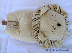 Almohada león...  ✿⊱IVONNE ARLETTE✿⊱╮ Fabric Toys, Fabric Crafts, Nurse Decor, Memory Crafts, Handmade Cushions, Creative Embroidery, Homemade Toys, Sewing Pillows, Sewing Toys