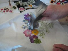 Flower Pounding Technique Quilted Floral Table Runner Positively Splendid Crafts Sewing Recipes and Home Decor Flower Crafts, Diy Flowers, Fabric Flowers, Spring Flowers, Fabric Painting, Fabric Art, Fabric Crafts, Sewing Crafts, Mason Jar Crafts