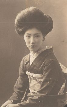 Look at her hair. its where she hides her secrets! Ume no Vintage Pictures, Old Pictures, Old Photos, Japanese Photography, Old Photography, Japanese Kimono, Japanese Girl, Era Taisho, Japanese Hairstyle