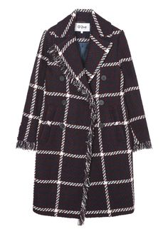 체크 패턴에 엣지라인에 수술 장식으로 포인트를 준 코트입니다. 투버튼 라인의 단추장식이 돋보이는 제품입니다. 넉넉한 기장으로 연출이 용이하며…