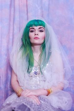 Dye your hair simple & easy to ombre green hair color - temporarily use ombre green hair dye to achieve brilliant results! DIY your hair ombre with hair chalk Sixties Style, Emerald Green Hair, Purple Hair, Teal Green, Green Bay, Hippie Style, My Little Pony Hair, Trends 2016, Afro