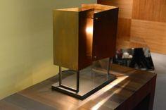 「Elements」コレクションよりMark Andersonデザイン。真鍮製テーブルランプ。
