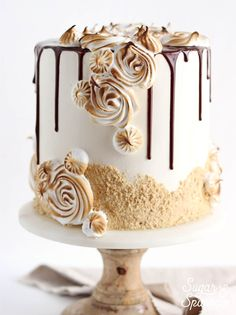 s'mores cake recipe is the closest thing to the real deal: graham cracker cake, toasted marshmallow buttercream and melty milk chocolate ganache Smores Cake, Marshmallow Buttercream, Toasted Marshmallow, Buttercream Cake, Graham Cracker Cake, Graham Crackers, Bolo Fit, Milk Chocolate Ganache, Puddings