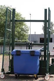 Lift voor het legen papiercontainer (afm: LxBxH= 135x85x145 cm). Plaatsing langs een papiercontainer. Belasting: maximaal 1000 kg Aandrijving: Hydraulisch. Hoogte: ca. 3,5 meter. Voeding: Elektriciteit 400 V Met CE certificaat