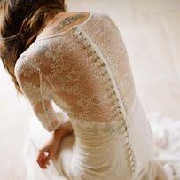 Une robe de mariée ivoire boutonnée à l'arrière