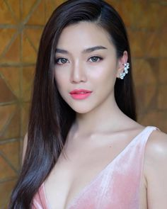Trendy and Beautiful Beach Wedding Hairstyles on Your Big Day - Page 18 of 20 - Fashion . Belle Silhouette, Beach Wedding Hair, Short Hair Updo, Gorgeous Eyes, Beautiful Asian Women, Beautiful Beach, Shiny Hair, Bride Hairstyles, Pretty Face