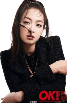 Victoria Song, the leader of f(x), showed glamorous winter looks in the September issue of Chinese magazine Ok! The star looked stunning in Chanel ensembles from the brand's 2015 Fall Ready-To-Wear collection. Victoria Fx, Victoria Models, Victoria Song, Song Qian, Tokyo Fashion, Girl Bands, Girl Day, Winter Looks, Krystal