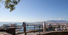 Beleef Malaga en het mooie uitzicht! - Eén van mooiste locaties voor een mooi uitzicht in #Malaga heb je vanaf de Gibralfaro berg. Een spectaculair vergezicht over de kust, de arena en de haven van Málaga. Vanuit het centrum van Málaga kun je de top van de berg via een wandelpad in ongeveer 20 minuten bereiken.