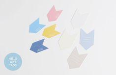 """en deux tailles, en deux versions (""""hello"""" ou lignées) et dans un joli choix de couleurs, ces étiquettes seront parfaites sur vos cadeaux, vos cartes, vos pages de scrap et autres créations..."""