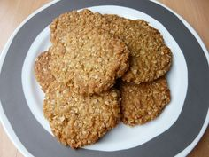 5 desserts to try in Australia Anzac biscuits or Lamington cookies are the dishes that tourists should enjoy in kangaroo country. Australian Desserts, Picnic Desserts, New Zealand Food, Biscuit Sandwich, Ireland Food, Fairy Bread, Anzac Biscuits, Delicious Desserts, Yummy Food