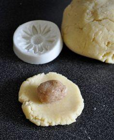 Des petits sablés fondants fourrés à la pâte d'amande parfumée aux saveurs…