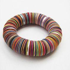 Raffinierte Armbänder aus recycliertem Papier und Alu-Rondellen.
