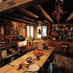 The Burrow, Chamber of Secrets. This is honestly a huge part of what I'd want in a kitchen.Molly Weasley can be my interior designer any day. The Burrow Harry Potter, Harry Potter World, Harry Potter Room, Le Terrier, Natural Wood Table, Harry Potter Aesthetic, Chamber Of Secrets, Harry Potter Wedding, The Hobbit