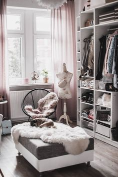 Planning a walk-in closet: this is how I got my .- Einen begehbaren Kleiderschrank planen : so habe ich mein Ankleidezimmer eingerichtet – Julies Dresscode Planning a walk-in closet: that& how I set up my dressing room - Interior Dorado, Living Room Decor, Bedroom Decor, Dressing Room Design, Tumblr Rooms, Room Planning, Beauty Room, Walk In Closet, Apartment Living