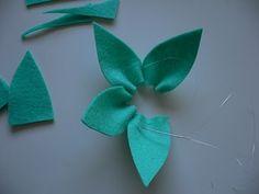 Hay cientos de maneras de confeccionar una bonita flor de fieltro y en este tutorial nos enseñan a hacerlas de una forma muy fácil, simplemente a base de pequeños rectángulos de fieltro, cosidos en…