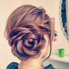 髪の毛をぐるっと巻いて花のように見せる「バラヘア」をご存知ですか?ヨーロッパを中心に海外で人気を呼び、日本でも結婚式のヘアアレンジにこの「バラヘア」をオーダーする人が増えているようです。今回は花のように美しい「バラヘアアレンジ」についてご紹介します♡