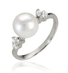 To przepis na prezent, który oczaruje każdą kobietę i sprawi, że z takim pierścionkiem nie będzie się chciała rozstawać.  #perły #pearls #pierścionek #ring #perła #pearl #biżuteria #jewellery #diamonds #akoya #diamenty #złoto #gold #pierścionekzaręczynowy #zaręczyny #engagement #gift #prezent #białezłoto