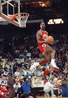 Michael Jordan in the most epic NBA dunk contest photos ever taken. Sport Basketball, Basketball Legends, Basketball Players, Nba Players, Michael Jordan Pictures, Michael Jordan Photos, Basketball Pictures, Sports Pictures, Basket Nba