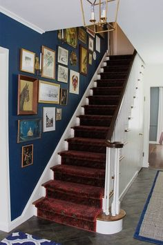 23 Home Decorating Tips That May Actually Help You Upgrade Your Space Stairway Photos, Stairway Gallery Wall, Stairwell Wall, Staircase Wall Decor, Stair Gallery, Gallery Wall Layout, Stair Walls, Stairs, Staircase Ideas