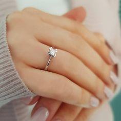Sanki çiçek ama çok ışıltılı! Model numarası:07R0194 🔎siriuspirlanta.com adresinden ürün detaylarına ulaşabilirsiniz.  #sirius #siriuspırlanta #pırlanta #pirlanta #diamond #yüzük #yuzuk #tektaş #tektas #tektaşyüzük #tektasyuzuk #pırlantatektaş #teklif #evlilik #evlilikteklifi #nişan #söz #mücevher #takı #montür #tektaşmontür #sevgiliyehediye #hediye #engüzelevet #kampanya #sevgililergünühediyesi #pazartesi #istanbul #indirim #isaidyes Diamond Solitaire Rings, Engagement Rings, Jewelry, Enagement Rings, Jewels, Schmuck, Anillo De Compromiso, Jewerly, Jewelery