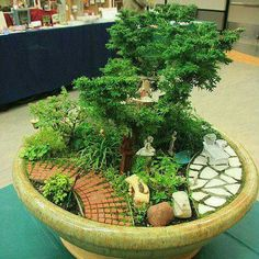 Hermosa maceta decorada con muebles miniatura...