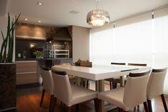 A sala de jantar assinada pelo arquiteto Marcos Contrera apropria-se do canto da churrasqueira (Bella Telha), cujo nicho é revestido de gran...