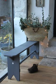 Basket with fairy lights Painted Furniture, Furniture Design, Old Benches, Decoration Entree, Vintage Bench, Country Interior, Shabby, Home And Deco, Glass House