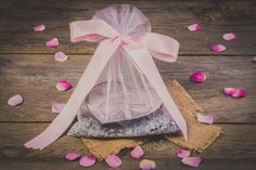 Discover inspirational ideas for handmade packaging! How To Tie Ribbon, Ribbon Wrap, How To Make Bows, Ribbon Bows, Fabric Gift Bags, Organza Gift Bags, Small Figurines, Angel Decor, Wie Macht Man