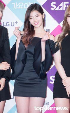 12월 26일 서울 강남구 삼성동 코엑스에서 열린 '2016 SAF 가요대전' 레드카펫&포토월 행사에 트와이스 사나가 참석했다. 트와이스 사나가 포토타임을 갖고 있다. 트와이스 사나가 포즈를 취하고 있다.